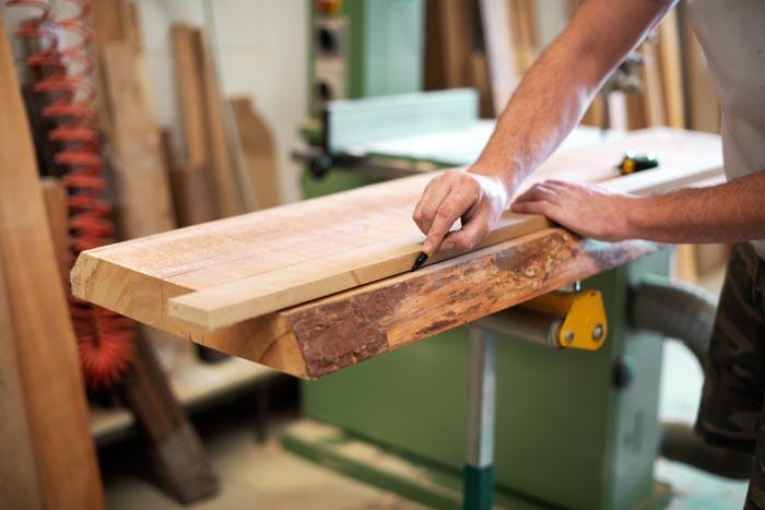 Material-Holz bei der Verarbeitung
